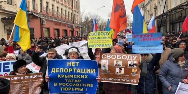 «Герої не вмирають»: у центрі Москви проходить Марш пам'яті Бориса Нємцова (фото)