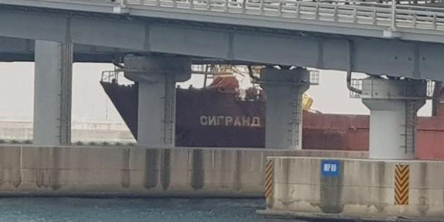 У Південній Кореї судно з РФ протаранило круїзний лайнер та міст