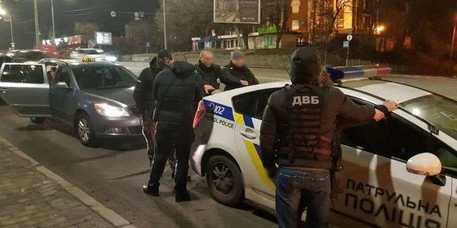 У Києві на хабарі затримали двох патрульних