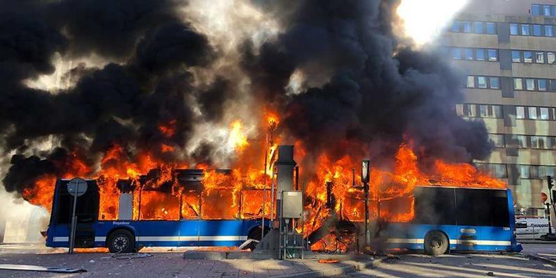 В центрі Стокгольма вибухнув автобус (фото)