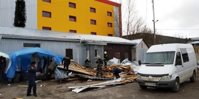 На Житомирщині вітер зніс дах: мати загинула, дочка в реанімації