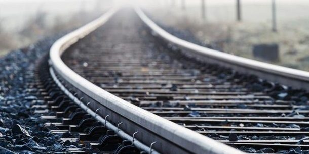 На Харківщині 20-річна дівчина кинулася під потяг