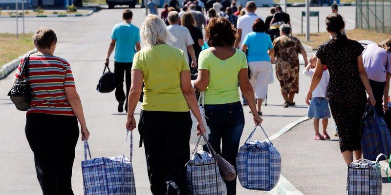 Заробітчани переказують гроші в Україну, а мільярдери їх вивозять, — експерти