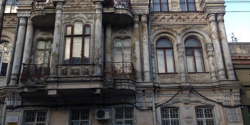 Одесит після посиденьок викинув іноземця з балкону