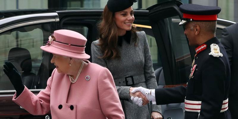Кейт Міддлтон і королева Єлизавета ІІ разом вийшли в світ (фото)