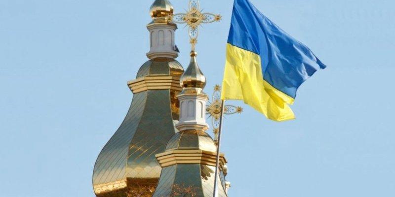 На Вінниччині батюшка Московського патріархату не віддає церкву селянам, люди моляться на вулиці