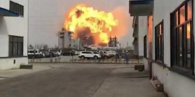 На хімзаводі в Китаї стався потужний вибух (відео)