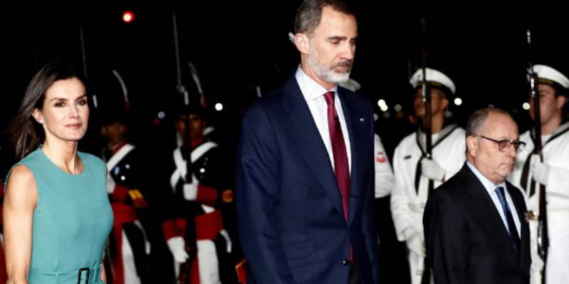 Король Іспанії годину не міг зійти з літака в Аргентині через відсутність трапа