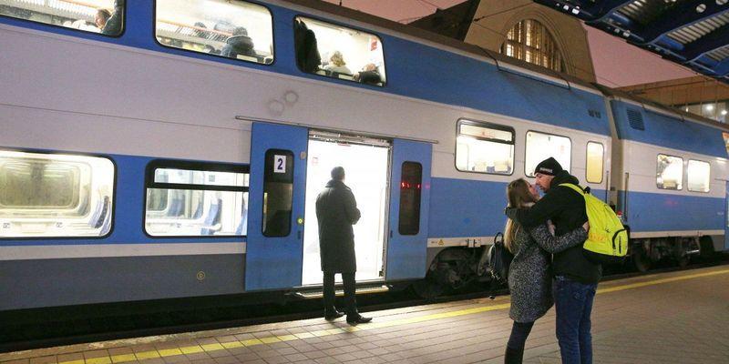 УЗ призначила 7 додаткових поїздів на Великдень