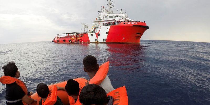 Більше сотні мігрантів захопили танкер, який врятував їх біля берегів Лівії