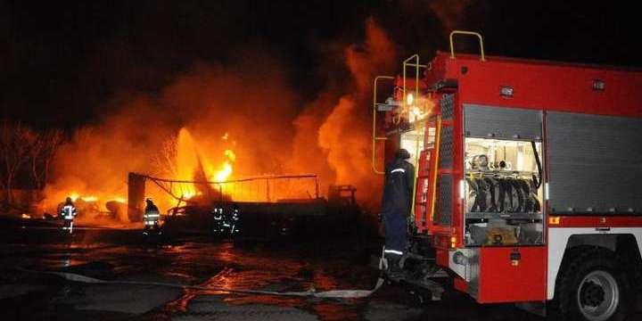 Під час пожежі на стоянці у Кропивницькому 18 авто згоріли вщент
