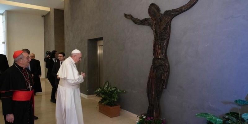 Папа Римський отримав у подарунок скульптуру в подяку за допомогу Україні (фото)
