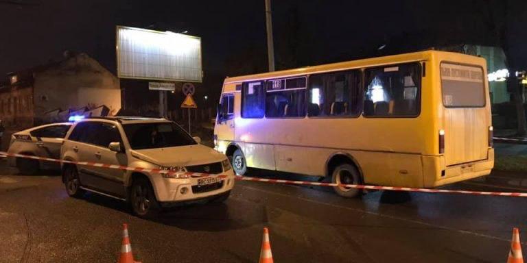 У Львові 12 рятувальників діставали дівчину з-під коліс маршрутки