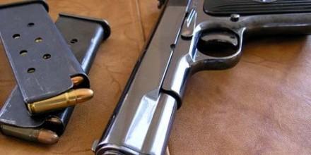У США посадили на 4 роки мати підлітка, який приніс в школу зброю