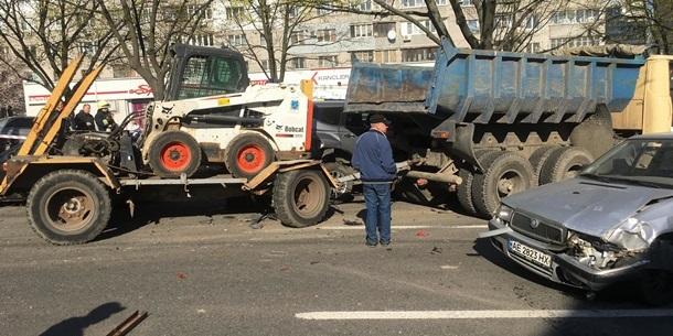 У Дніпрі вантажівка без гальм знесла 11 автівок