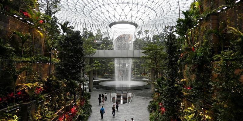 В аеропорту Сінгапуру відкрився новий комплекс з критим садом та водоспадом (відео)