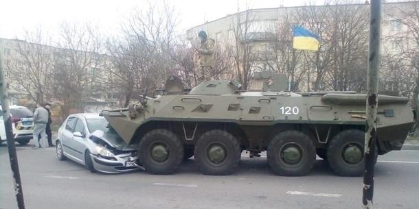 У Рівненській області БТР виїхав на зустрічну смугу і розчавив авто