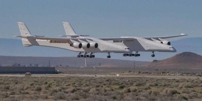 Найбільший літак у світі вперше піднявся в повітря (відео)