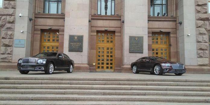 Авто на 20 мільйонів: в Україні засвітилися відразу два новітніх Bentley в одному місці (фото)