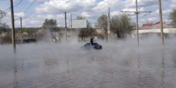 У Харкові автівка з пасажирами ледь не потонула в окропі