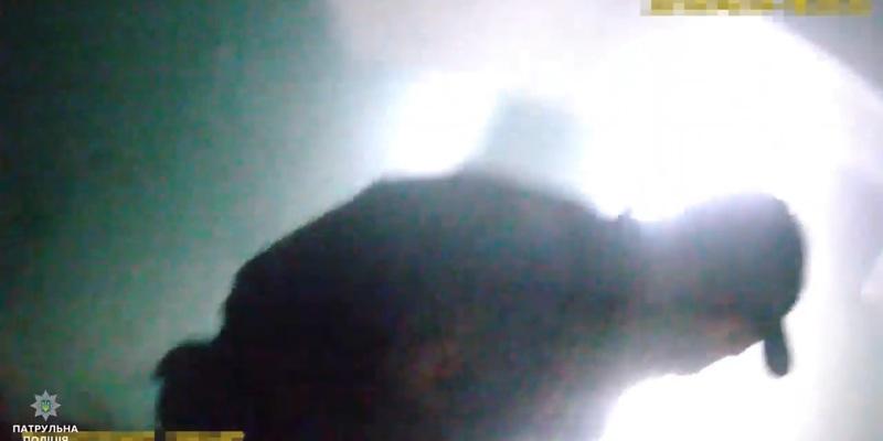 Патрульні винесли з пожежі жінку, яка хотіла накласти на себе руки (відео)