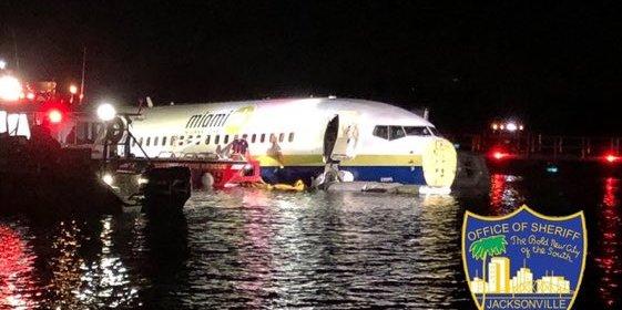 У США літак зі 143 людьми потрапив у річку, є постраждалі