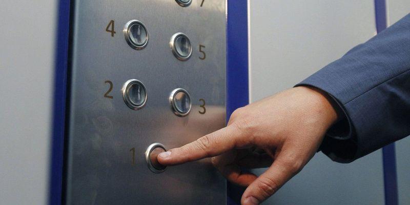 У Дніпрі впав ліфт із людьми