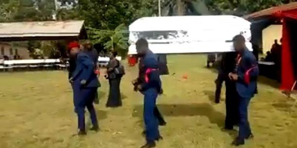 Чоловіки несли гроб, почали танцювати та впустили тіло небіжчика на землю (відео)