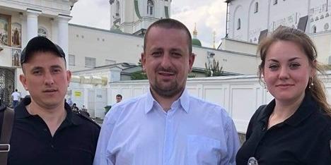 """""""Це наша земля!"""": монахи МП не пустили до Почаївської Лаври вірян ПЦУ"""