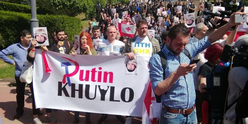 «Путін х***о»: в Грузії сьогодні пройшло кілька акцій (відео)