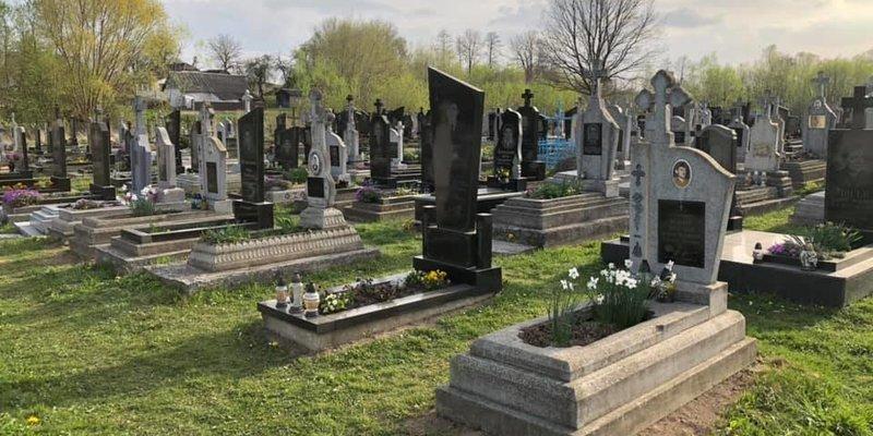 У селі на Львівщині священик вичистив увесь цвинтар від пластикових вінків та квітів (фото)