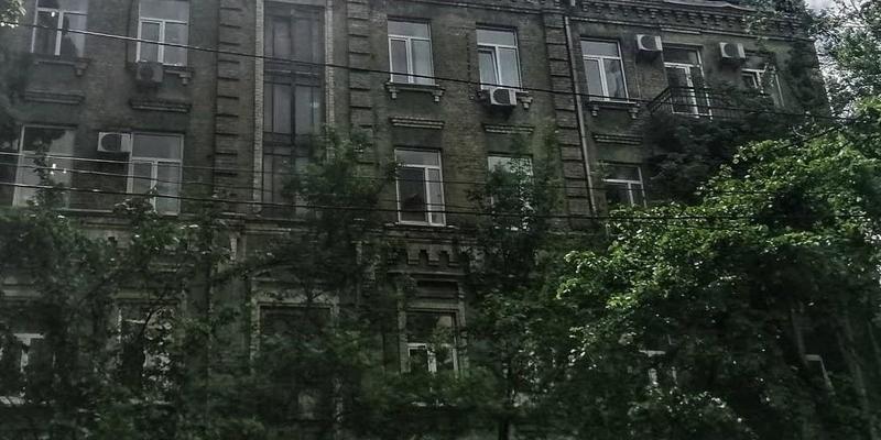 У Києві чоловік побудував на горищі будинку вісім квартир та хотів їх продати (фото)