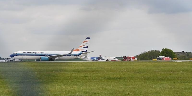 В аеропорту Праги на злітній смузі зіткнулись два літаки (відео)