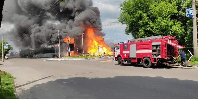 В Житомирі горить автозаправка: двоє постраждалих (відео)