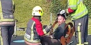 У Великій Британії рятувальникам довелося визволяти чоловіка, який застряг в дитячій гойдалці