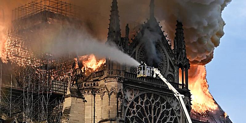 Президент Франції роз'яснив скільки часу потрібно на відновлення Нотр-Даму