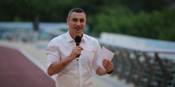 Віталій та Володимир Клички випробували новий пішохідно-велосипедний міст на міцність