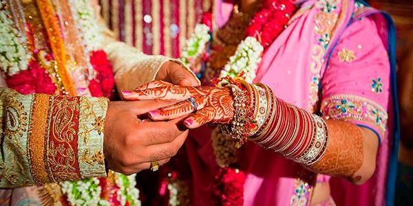 В Індії жінка після весілля втекла від чоловіка зі священиком