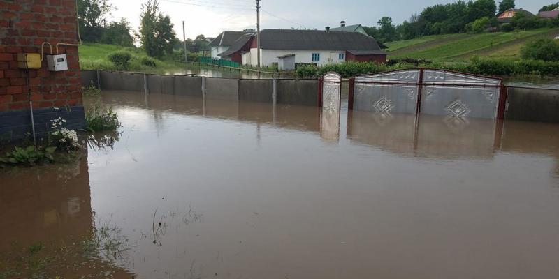 Село на Тернопільщині під час дощу перетворилося на річку (фото, відео)