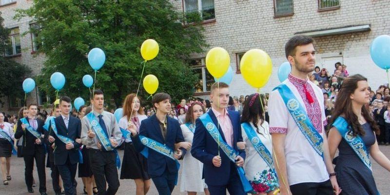 Відмовилися від суконь, костюмів і зачісок: учні їдуть у подорож замість традиційного випускного (відео)