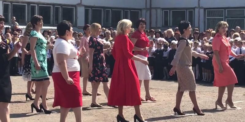 «Rock This Party»: вчителі в Харкові станцювали запальний танець (відео)