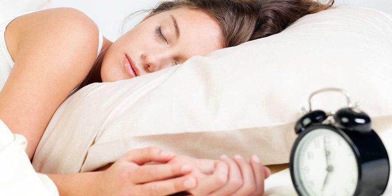 Сон при включеному світлі впливає на вагу жінок - дослідження