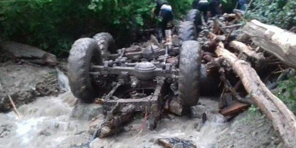Вантажівка з лісниками впала у річку на Закарпатті: 5 осіб загинули (фото)
