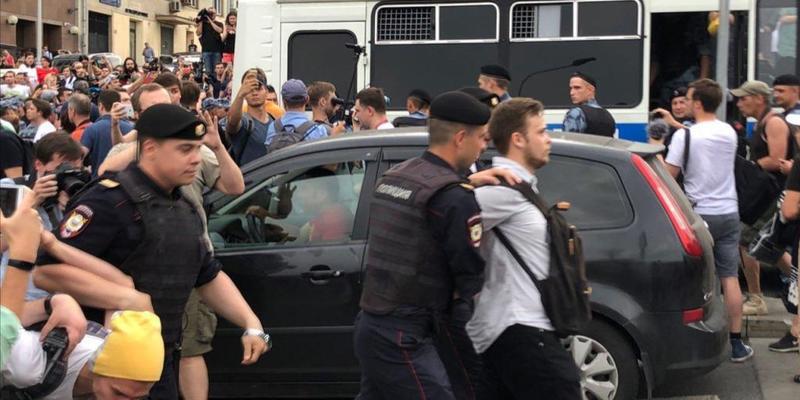 У Москві на марші Голунова поліція затримала сотні людей. ОМОН б'є підлітків і журналістів