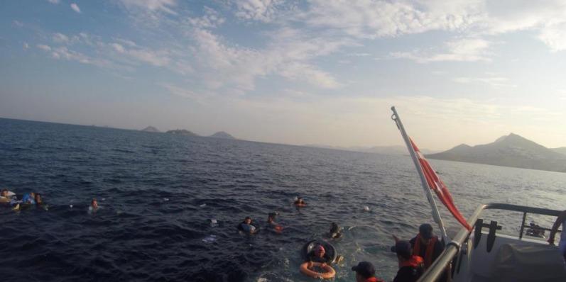 Біля курортного району Туреччини затонуло судно з мігрантами