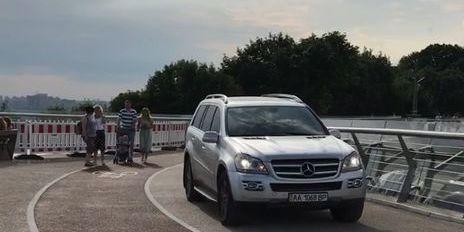 На новий пішохідний міст у Києві заїхав водій на Mercedes