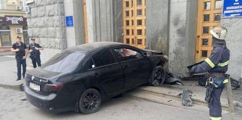 У Харкові авто в'їхало в будівлю міськради, є постраждалий