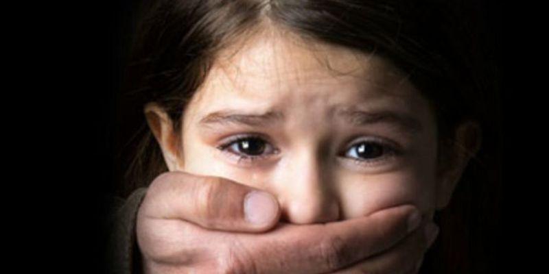 Ніжки зв'язав трусиками, дитина ридала: педофіл зґвалтував 5-річну дівчинку