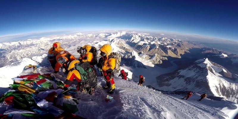 Евересту загрожує екологічна катастрофа через тонни фекалій туристів