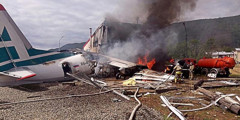 У РФ пасажирський літак зіткнувся з будівлею, є загиблі